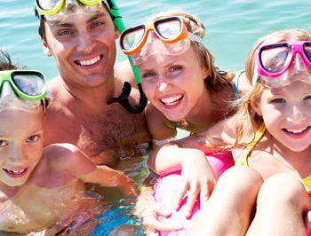 image listing activités pour tous - famille dans l'eau masque tuba